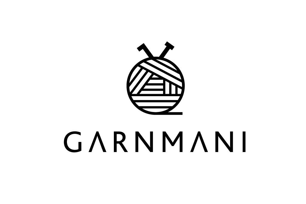 Logo til garnmani.dk der viser en hæklenål og en strikkepind i en garnnøgle.