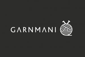 Logo til garnmani.dk der viser en hæklenål og en strikkepind i en garnnøgle. Hvid på sort baggrund.
